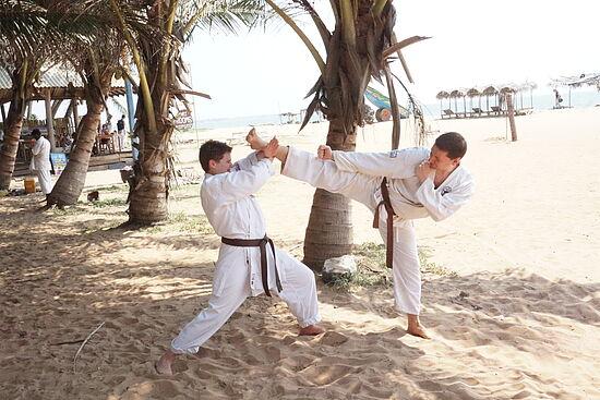 Zwei Karateka zeigen eine typische Karatebewegung